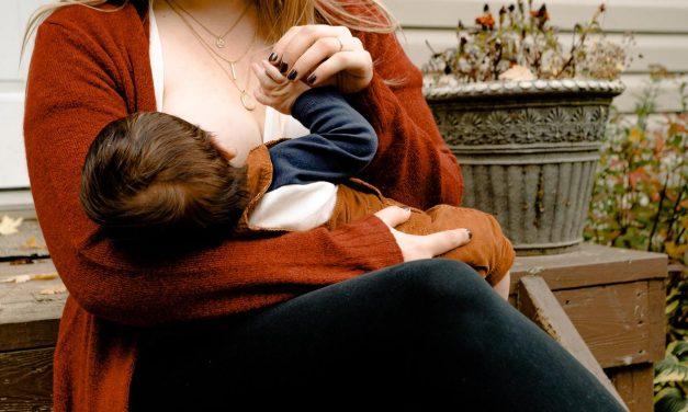 Leite materno de mulheres vacinadas tem anticorpos para covid, apontam estudos