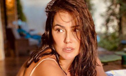 Deborah Secco esbanja sensualidade ao posar com maiô cavado
