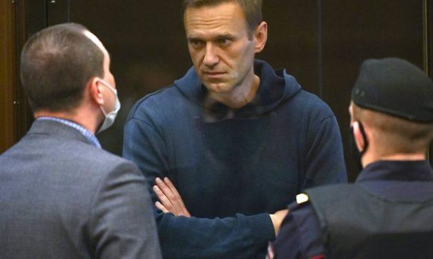 Alexei Navalny, principal opositor de Vladimir Putin na Rússia, é transferido da prisão para um hospital