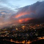 Prédios são evacuados devido a incêndio gigante na África do Sul