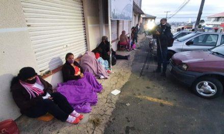 Famílias passam a madrugada em fila para cadastro de vale-mercado de R$ 150, em Ponta Grossa