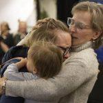 'Bolha' de viagens entre Nova Zelândia e Austrália começa com abraços e lágrimas
