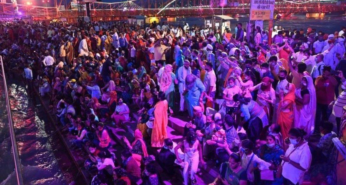 O festival religioso indiano que atrai multidões em meio a devastadora segunda onda da pandemia no país