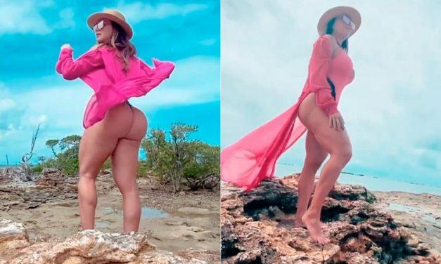 Juju Salimeni posa de maiô rosa fio-dental e bumbum gigante chama a atenção