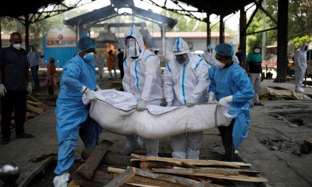 Índia tem pior dia da pandemia; hospitais de Nova Délhi podem ficar sem oxigênio