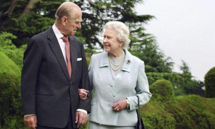 Elizabeth II se diz 'profundamente emocionada' por mensagens recebidas após a morte do marido