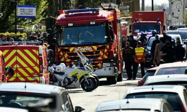 Homem mata policial a facadas na França em suspeita de ataque terrorista