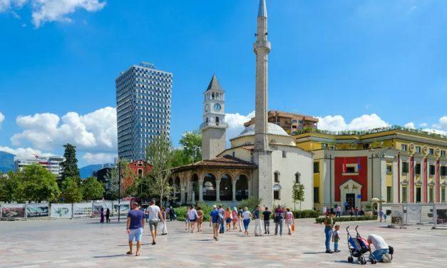 Albaneses votam em legislativas cruciais para sonhos europeus