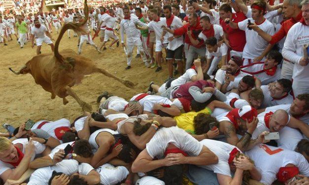 Cidade da Espanha suspende festa de São Firmino, na qual touros são soltos na multidão, pelo segundo ano consecutivo