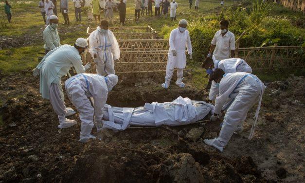 Índia tem mais de 300 mil casos de Covid pelo 6º dia; país começa a receber ajuda internacional