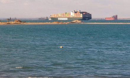 Três pessoas da equipe do navio que bloqueou o Canal de Suez são liberados
