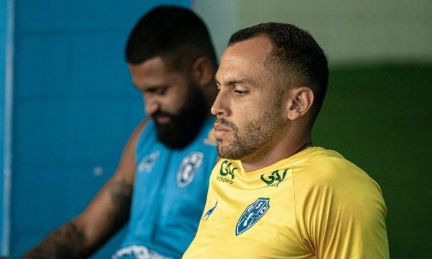 """Victor Souza celebra 450 minutos sem levar gol e ressalta entrega do Paysandu: """"Lutamos até o final"""""""
