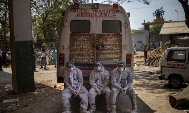 Índia registra novo recorde de mortes por Covid e chega ao 14º dia com mais de 300 mil casos