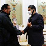Maduro recebe visita de Steven Seagal e ganha espada samurai