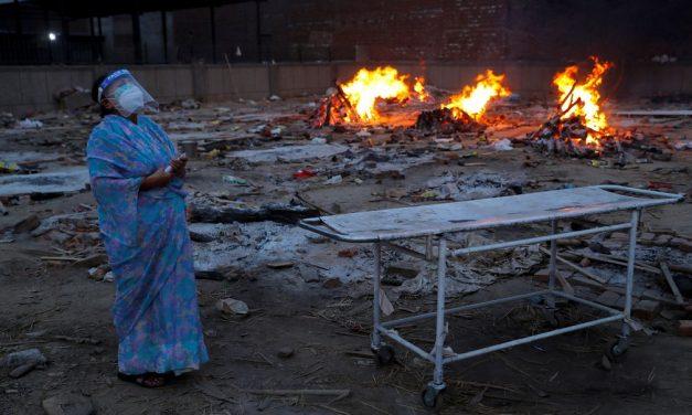 Índia bate novo recorde mundial de casos de Covid, que se espalha pelas áreas rurais do país