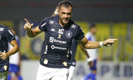 """Cariús comemora boa fase no Remo e comenta briga com Gorne pela camisa 9: """"disputa sadia"""""""