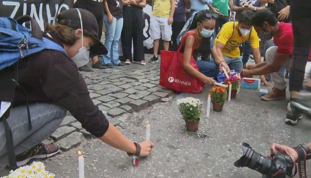 Manifestantes protestam contra violência de operação no Jacarezinho