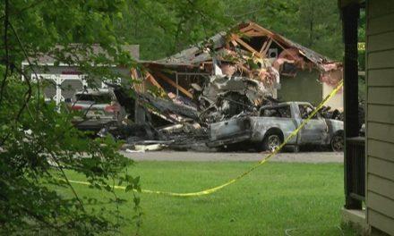 Avião de pequeno porte cai sobre casa nos EUA e deixa 4 mortos