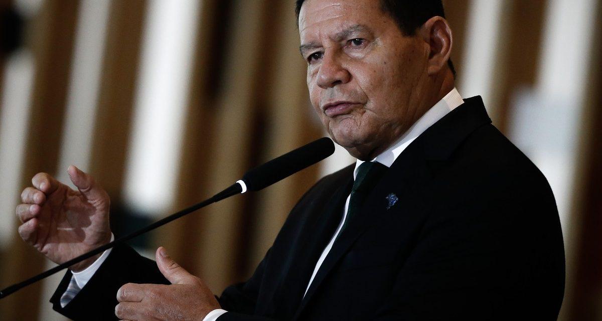 'Pazuello como ministro da Saúde foi uma decisão de risco', diz Mourão