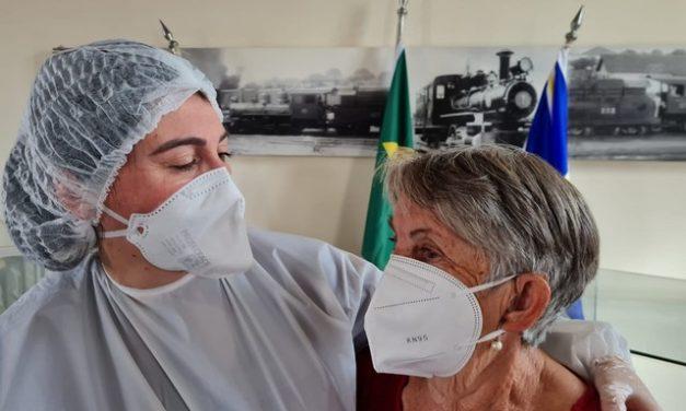 1ª voluntária dos testes da AstraZeneca no Brasil viaja mais de 600 km para reencontrar a mãe após 1 ano e 5 meses
