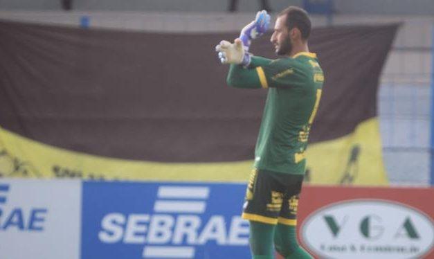 Goleiro do Castanhal brinca sobre uniforme sujo de lama: 'Campeonato Paraense é assim, né?'