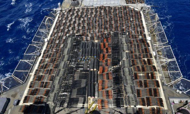 Marinha dos EUA faz apreensão gigantesca de armas no Mar da Arábia; veja fotos