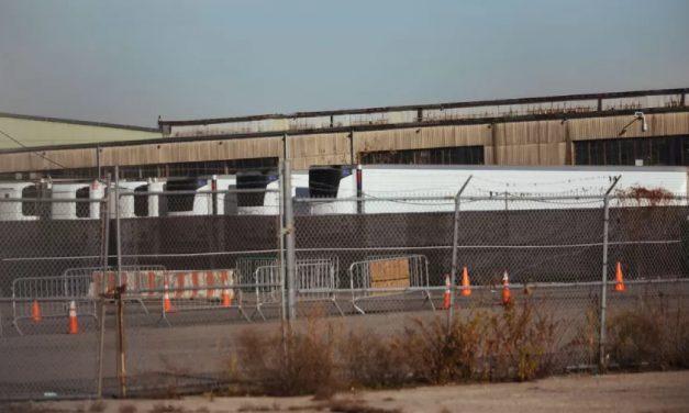 Corpos de vítimas de covid continuam em caminhões de Nova York após um ano