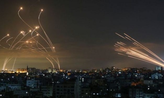 A impressionante foto que mostra luta entre Domo de Ferro de Israel e mísseis do Hamas