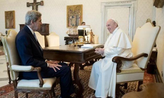 Papa e Kerry debatem crise climática e sustentabilidade