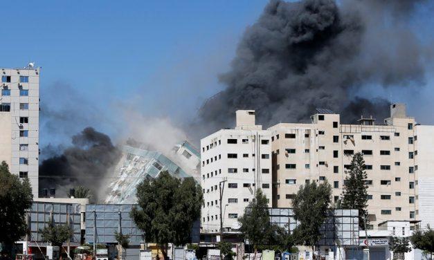 8 crianças morrem em ataque de Israel a Gaza; prédio de TV colapsa