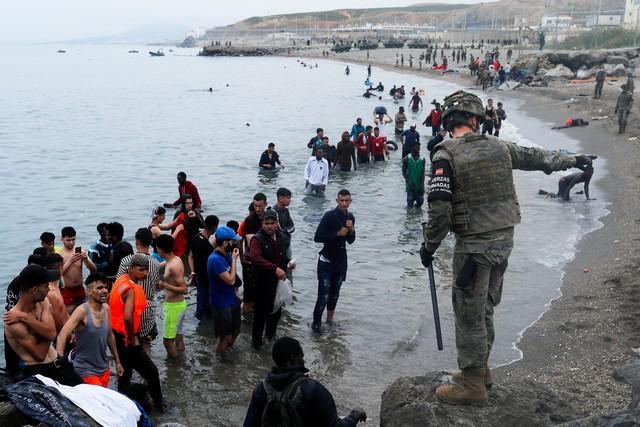Espanha envia de volta ao Marrocos 2.700 dos 6.000 migrantes que entraram em Ceuta