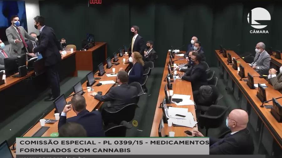 Deputado do Podemos agride parlamentar petista em sessão da Câmara; veja