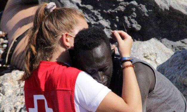 Voluntária da Cruz Vermelha abraça imigrante em Ceuta, a foto viraliza, e ela sofre ataques em redes sociais