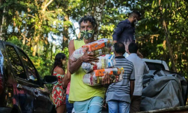 Famílias impactadas pela pandemia recebem cestas básicas no interior
