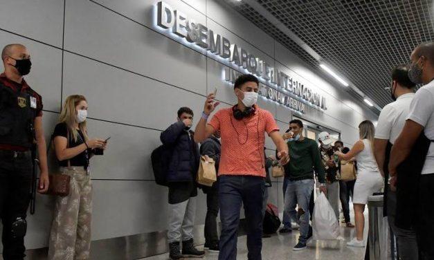 Algemados durante voo, 30 brasileiros deportados dos EUA chegam a MG