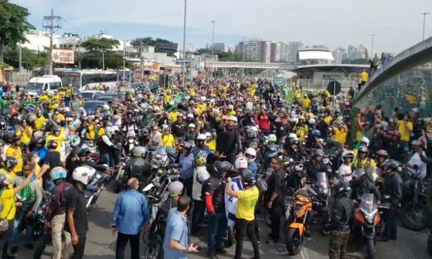 Bolsonaro faz passeio de moto com apoiadores no Rio de Janeiro