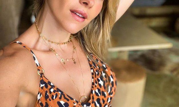 Monique Alfradique curte dia de sol em grande estilo e deixa fãs encantados