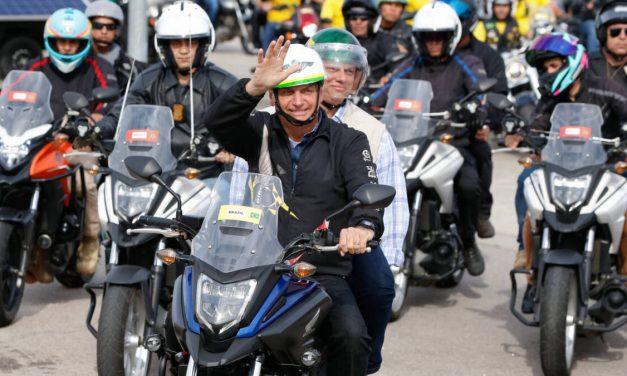 The Guardian chama de 'obsceno' passeio de moto de Bolsonaro na pandemia