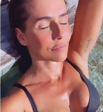 Debora Secco chama a atenção ao postar vídeos  de biquíni na piscina