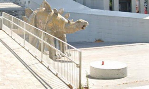 Homem morre após ficar preso em estátua de dinossauro na Espanha