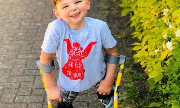 Menino que perdeu pernas após ser torturado pelos pais inspira projeto de lei no Reino Unido