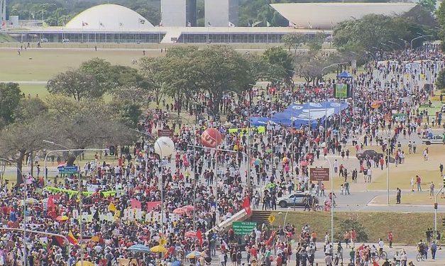 Manifestantes fazem ato contra Bolsonaro e a favor da vacina no Rio e Distrito Federal