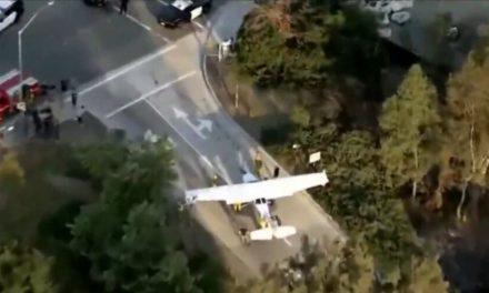 Avião pousa em meio a dezenas de carros em rodovia. Veja!