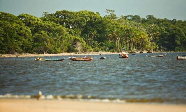 Embarcação com cinco pessoas naufraga na praia do Pesqueiro em Soure
