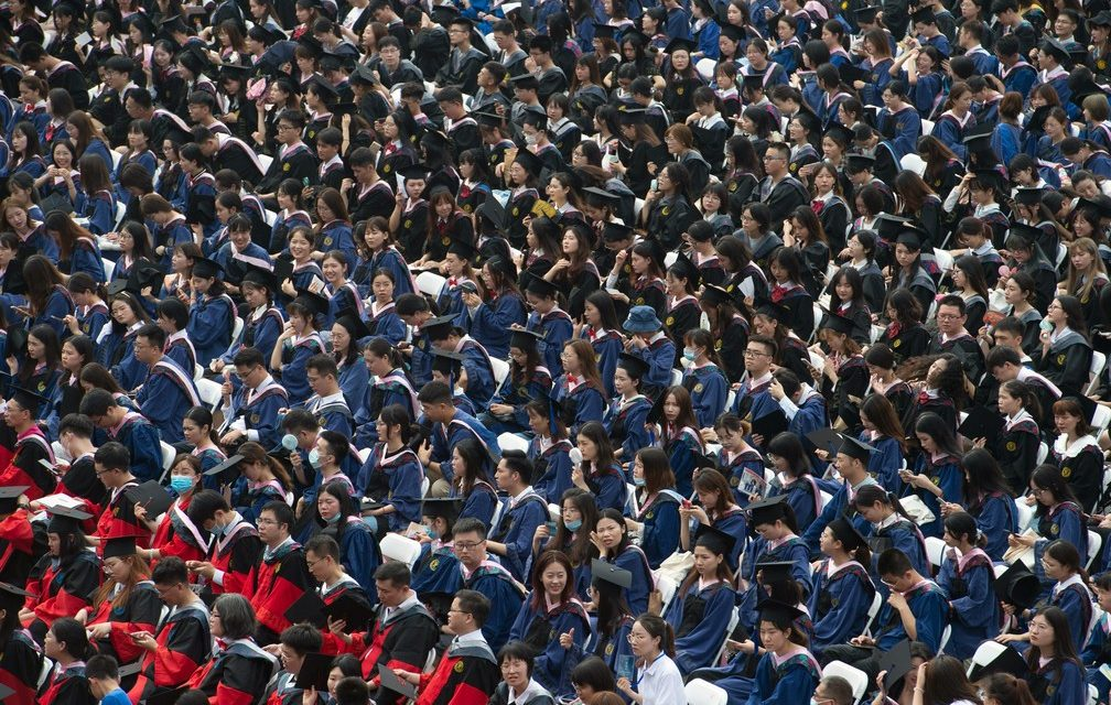 Wuhan tem cerimônia gigante de formatura 14 meses após fim da quarentena contra Covid