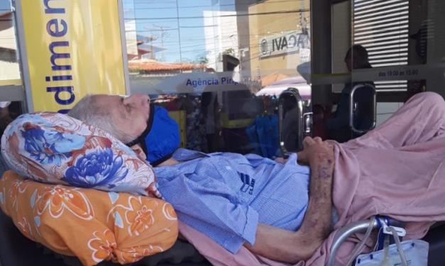 Idoso de 80 anos que foi de maca ao banco fazer 'prova de vida' morre no Piauí