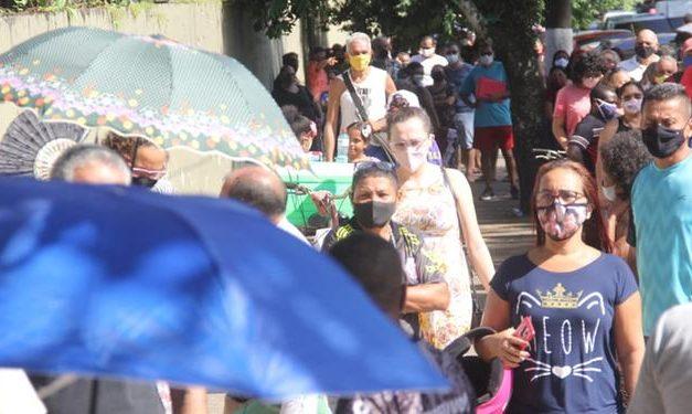 'Megachamada' para vacinação contra covid-19 gera longas filas