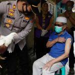 Cidade da Indonésia distribui galinhas para quem se vacinar contra a Covid