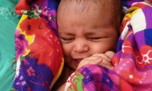 Bebê é resgatada flutuando em caixa no rio Ganges, na Índia