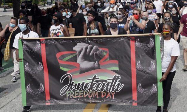 Americanos celebram o 'Juneteenth', agora feriado nacional, que simboliza o fim da escravidão nos EUA